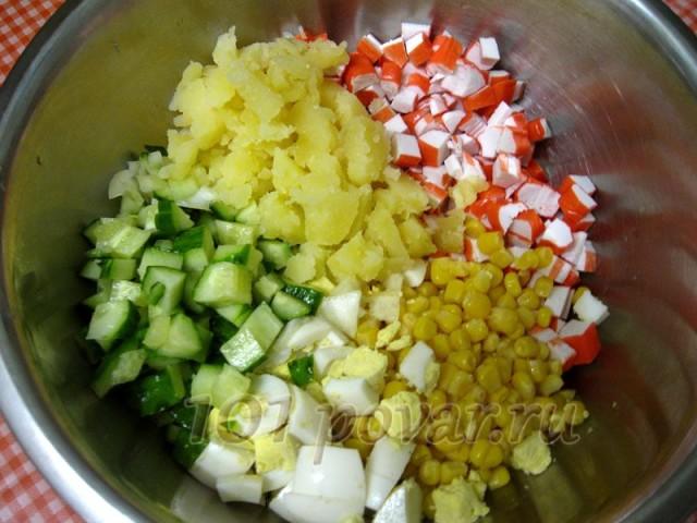 Картофель и яйца остужаем, очищаем и режим кубиком, добавляем в миску к другим продуктам