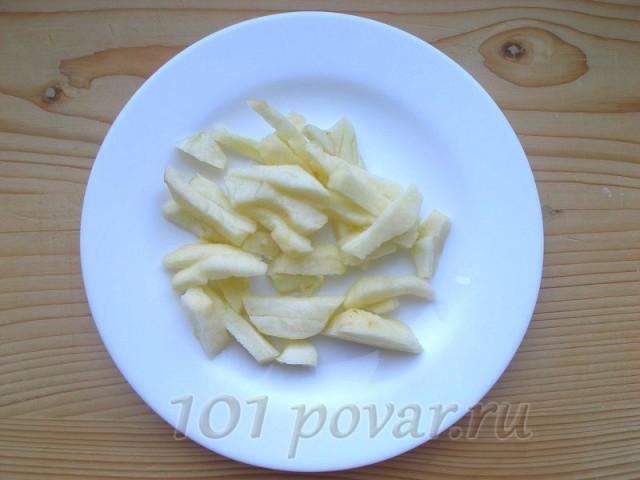 Яблоко очистить от кожуры, нарезать небольшими брусочками