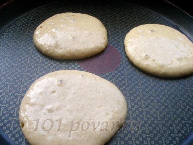 Разогреть сковороду (непременно с антипригарным покрытием). Выкладывать столовой ложкой тесто на сковороду.