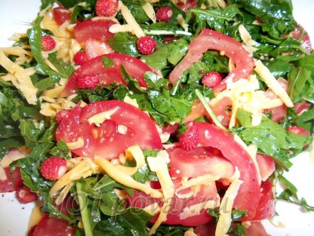Сыр натереть на крупной терке и посыпать сверху на помидоры с зеленью, украсить земляникой
