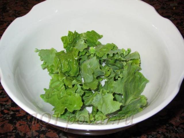Первое, что нужно сделать - помыть листья салата и обсушить их (можно с помощью бумажного полотенца).