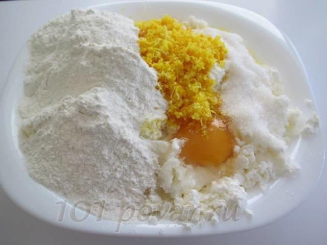 В творог добавить сахар, яйца, ванильный сахар (по желанию, конечно) и муку.