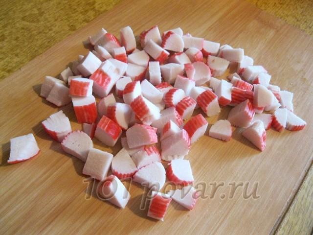 Крабовые палочки нарезаем мелкими кубиками
