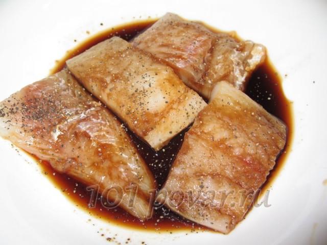 Нарезаем рыбу на порционные кусочки и маринуем в соевом соусе
