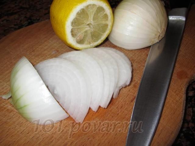 Лук нарезать тонкими полукольцами и сбрызнуть лимонным соком.