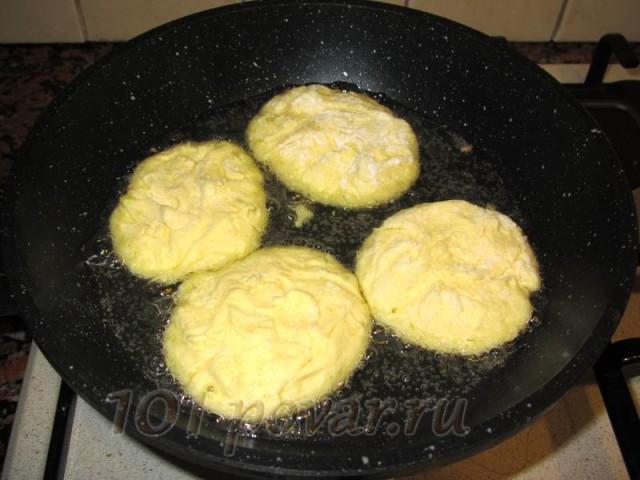 Важный момент: чтобы сырники держали форму и не приставали к сковородке, обваляйте их в муке