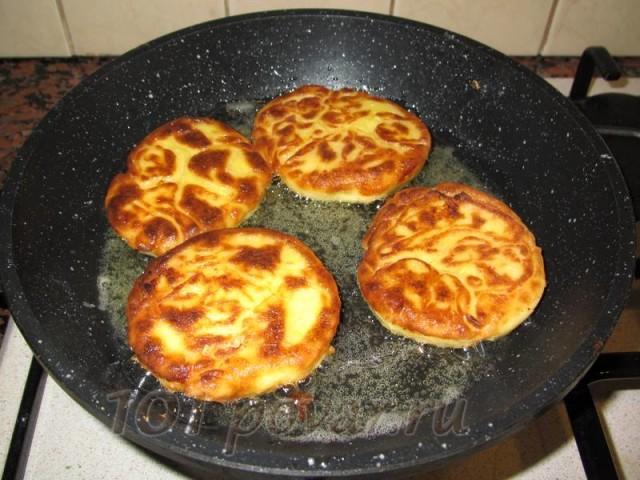 О готовности блюда свидетельствует красивая румяная корочка. Готовые сырники имеют красивый цвет и яркий аромат.