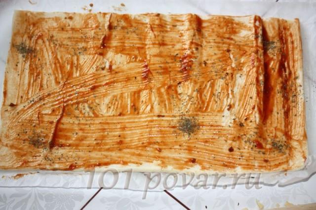 Смажьте тесто томатом, припорошите орегано или сушеным базиликом