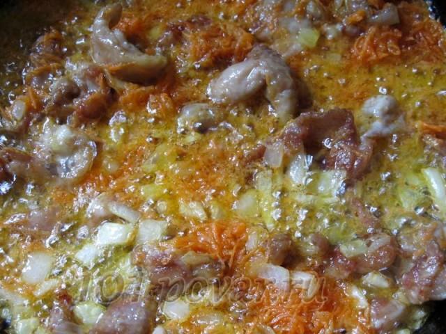 Добавить натертую морковь, перемешать и обжарить еще 5 минут