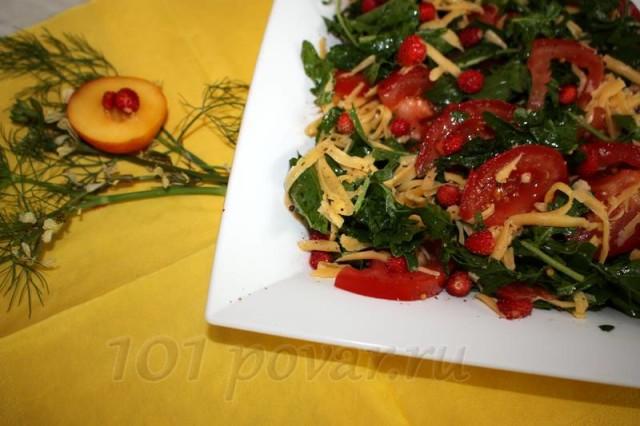 айте салату постоять минут 10-15, что бы помидоры дали сок, и листья рукколы пропитались ароматным соусом