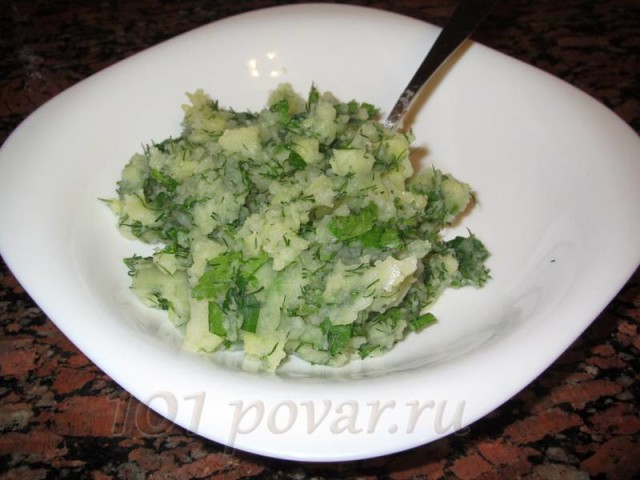 В это время можно заняться приготовлением начинки - отварить картофель, сделать из него пюре и добавить в него мелко нарезанную зелень.