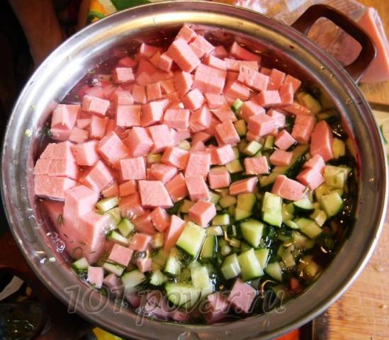 Параллельно нарезаем и вареную колбаску небольшими кубиками