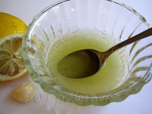 Готовим заливку для салата: смешать соль и перец, влить оливковое масло и размешать.