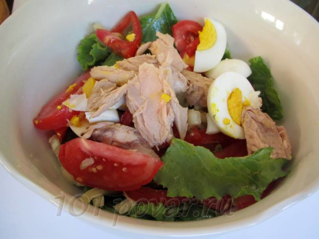 Выложить в салатник овощи, яйца и тунец (его разделите вилкой на небольшие кусочки).