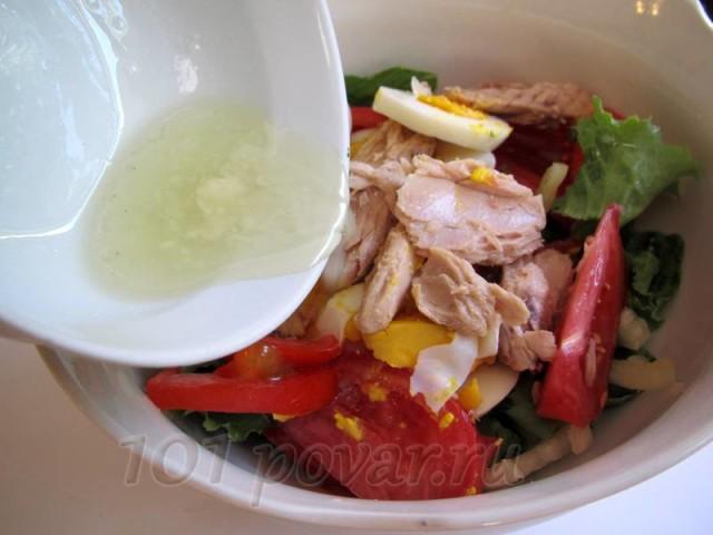Полить заливкой салат и аккуратно перемешать.
