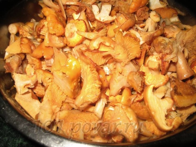 Маленький секретик: чтобы грибы хорошо отмылись от частиц грунта и мха, растворите в воде несколько ложек соли.
