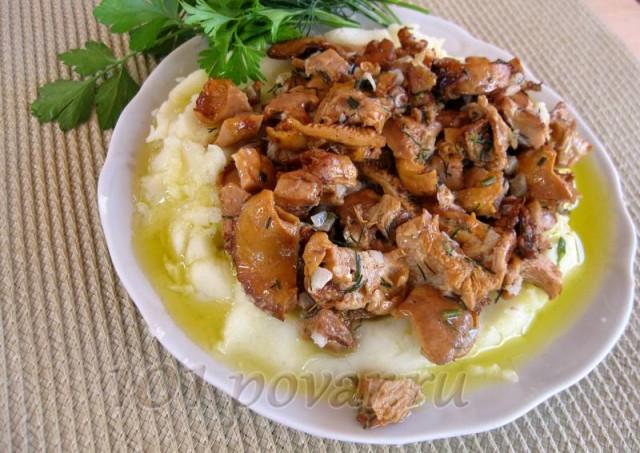 К лисичкам, жаренным в сметане, идеально подходит картофельное пюре. Жаль, что фото не передает аромат этого блюда, он фантастичный!