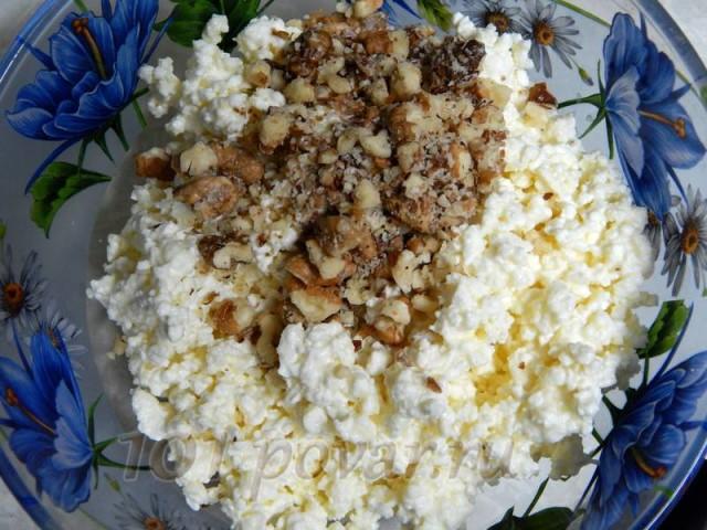 В одну часть творога кладём давленые грецкие или любые другие орехи