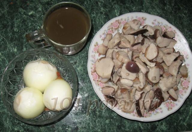 Грибной бульон возвращаем в кастрюльку, отлив немного в стакан для приготовления заправки. Отваренные грибы выкладываем в тарелку
