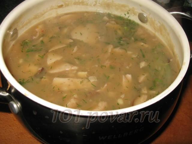 Суп становится более густым. Мелко нарезаем зелень укропа, добавляем ее и раздавленный зубок чеснока, лавровый листочек в суп, перчим