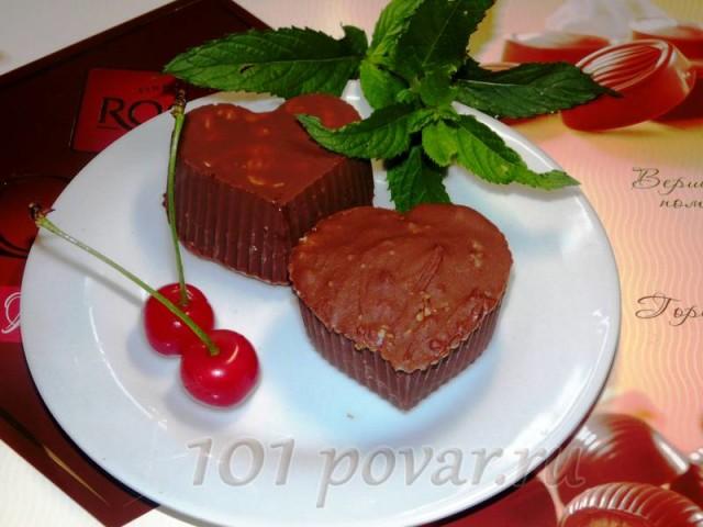 Растопленным шоколадом обмазать верхушки сырков и снова уложить на блюдо, которое поместить в морозилку на 10 минут