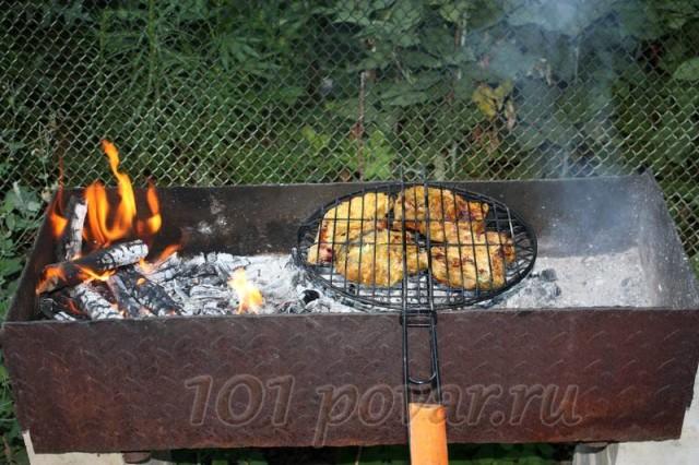 Самое главное - не давать углям разгореться и превратить вкусное блюда в неаппетитные угольки