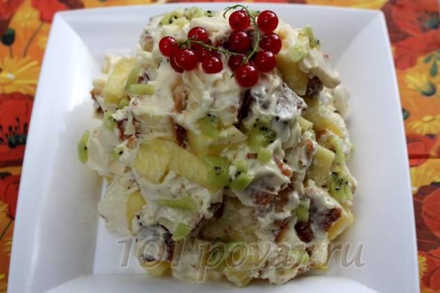 Придайте торту желаемую форму, украсьте кусочкам киви и ягодами красной смородины, либо натертым шоколадом.