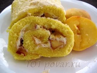 Бисквитный рулет со сливками и персиком