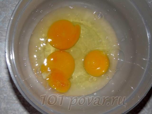 Для этого вспоминаем стандартную блинную формулу: на 3 куриных яйца берем полстакана молока или простой воды, 3 столовые ложки сахарного песка и 3 столовые ложки пшеничной муки.