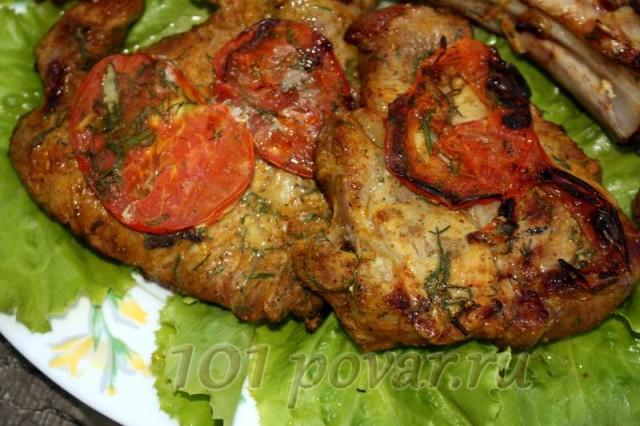 Готовое ароматное мясо будет прекрасно со свежими или маринованными овощами и с прохладительными напитками