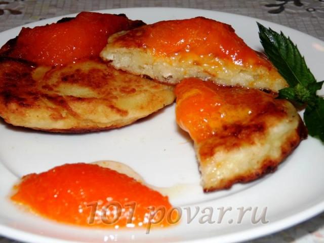 Готовые сырники выкладываем на тарелку и украшаем абрикосовым конфитюром и мятой