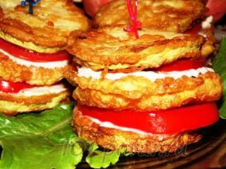 Закусочные башенки из кабачков, помидор и мини-отбивных