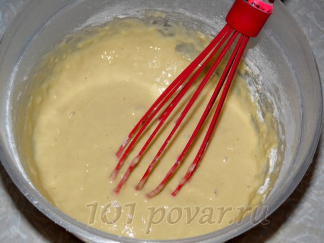 Все тщательно перемешиваем, чтобы не было комков. Вливаем в самом конце в тесто 1 ст. ложку растительного масла, чтобы блины не приставали к сковороде.