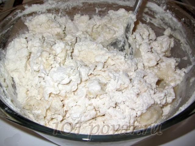 Аккуратно размешать ложкой. Осторожно - горячее! Потом, когда масса немного остынет, замесить тесто.