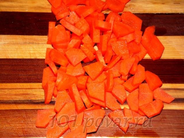 Морковь нарезаем кубиками, а лук - полукольцами.