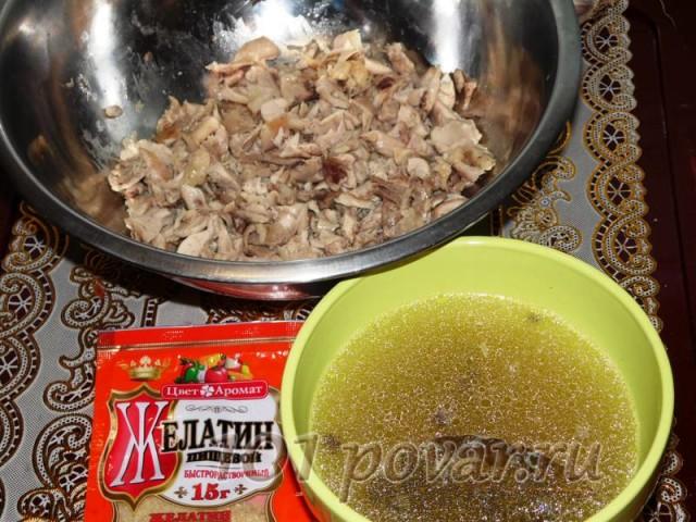 Куриное мясо прежде всего надо как следует отварить в течении 25-30 минут, если курица из магазина, и 1-1,5 часа, если она была домашней. Отваренное мясо тщательно очищаем от костей и жил.