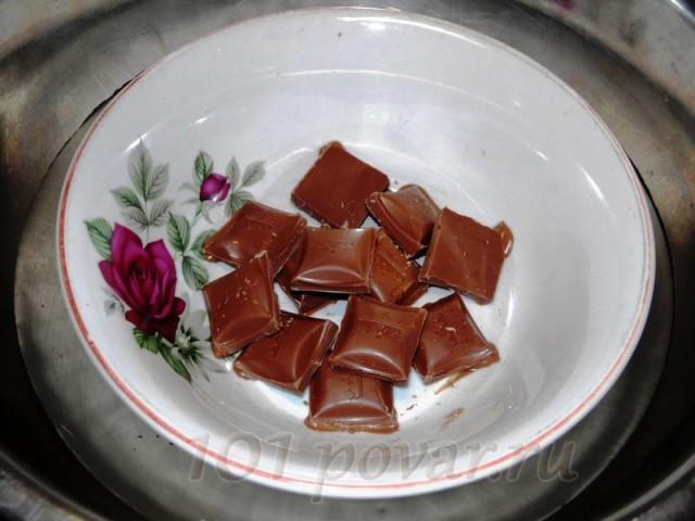 Для начала плитку шоколада требуется разломать на мелкие кусочки и поместить в глубокую тарелку