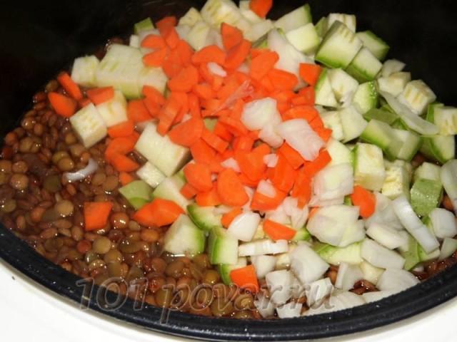Далее всыпаем нарезанные морковь, кабачок и лук.