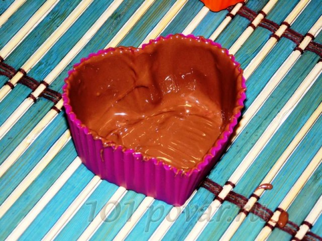 Формочки лучше всего брать круглые - они легче снимаются с шоколада