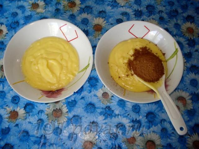 Выкладываем основу для десерта в две мисочки, поделив ее пополам. Одну оставляем молочной, а во вторую - добавляем ложку какао.