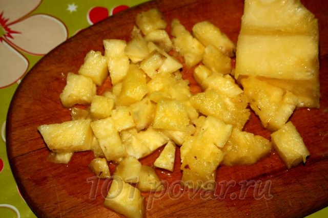 Нарежем ананас некрупными кусочками, при желании можно использовать любые другие ягоды и фрукты.