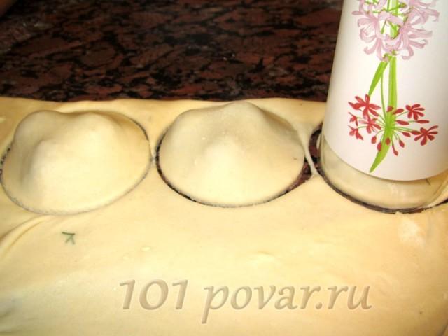Необходимо подобрать стакан, диаметр которого был бы немного больше, чем диаметр нарезанного помидора и выдавить ним пирожки