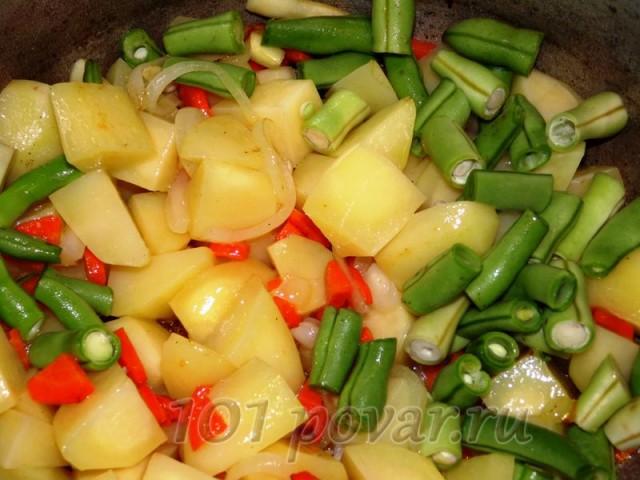 Когда морковь и лук размякнут - вкидываем к ним картофель и фасоль.