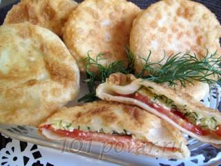 Пирожки-бомбочки с соленым творогом и помидором