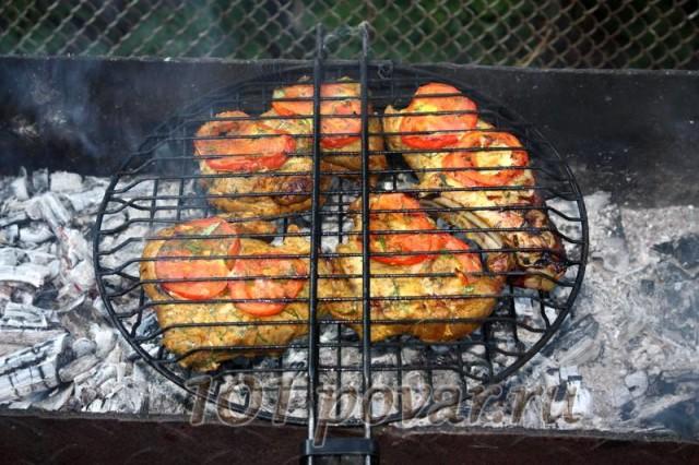 На хорошо прогретых углях, переворачивая мясо каждые 2-3 минуты, жарить до появления приятного золотистого цвета