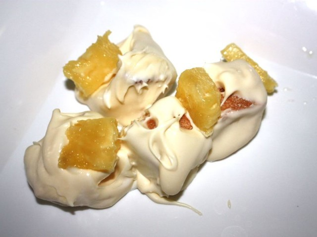 Можно собирать торт! На тарелку аккуратно выкладываем кусочки бисквита, обмакнув их в крем.