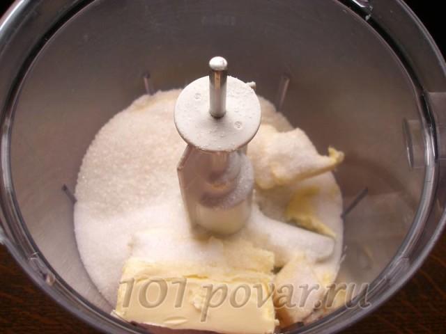 Масло комнатной температуры взбиваем с сахаром до воздушного состояния
