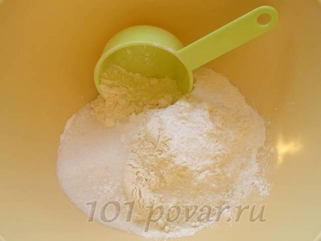 Смешиваем муку, разрыхлитель теста, сахар и соль