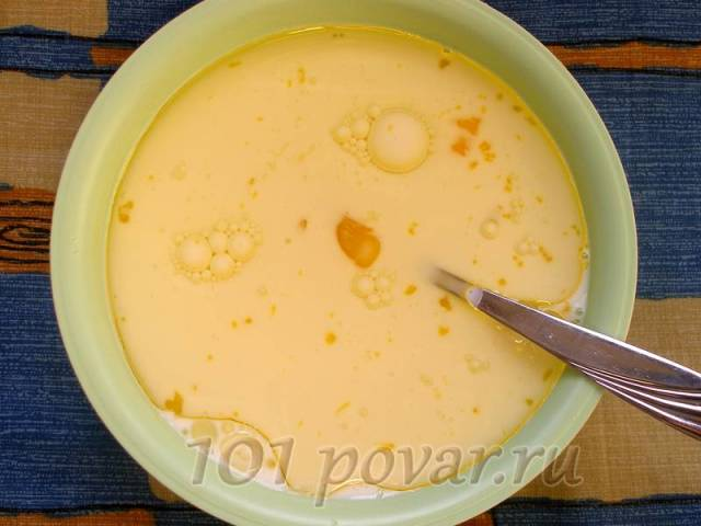 Добавляем яйца, молоко и растительное масло (предпочтительно использовать масло без запаха, например – самое распространенное у нас, подсолнечное рафинированное).