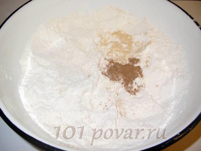 Муку просеять и смешать со специями - с корицей и имбирем. Если Вы любите коричный аромат, можете увеличить ее количество до 2 чайных ложек.